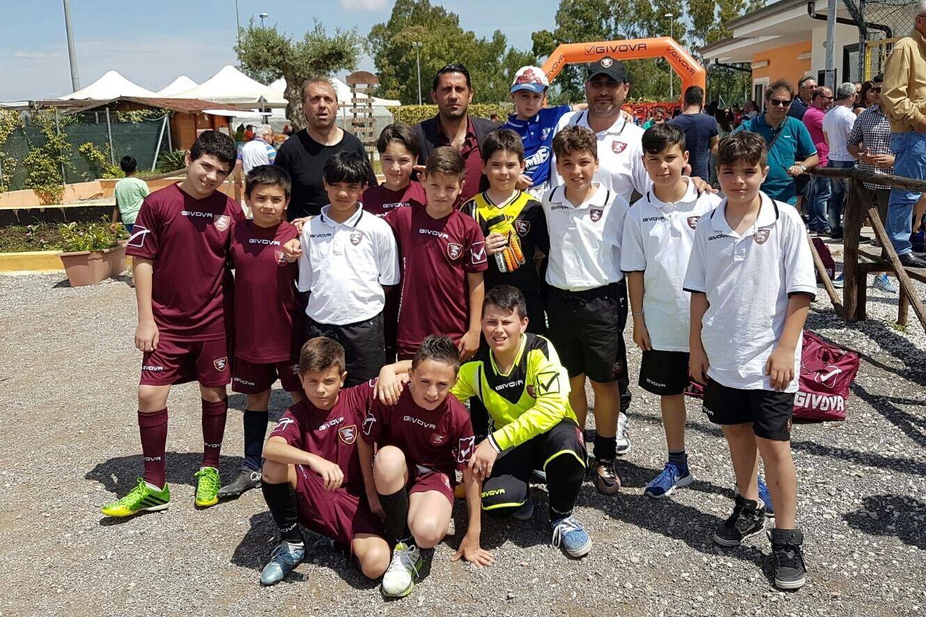 Salernitana cat. 2005 abbraccia il piccolo Manu calciatore della Soccer School Friends di Bellizzi