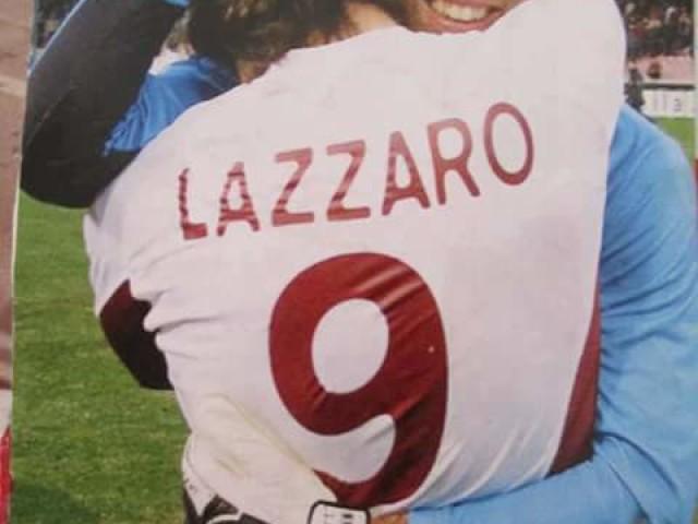 L'abbraccio con Lazzaro, autore del gol al 94' al San Paolo