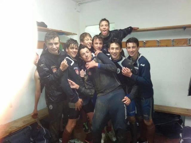 Edoardo Nencioni con i compagni di squadra del Pisa (foto fonte Facebook)