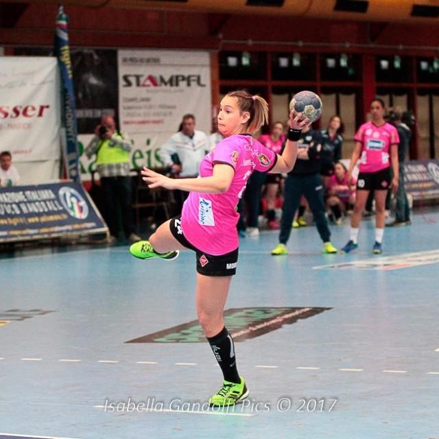 Cyrielle Lauretti Matos al tiro dai sette metri nella finale di Coppa Italia