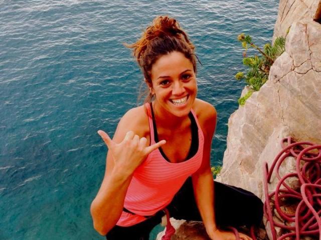 Giulia durante un'arrampicata
